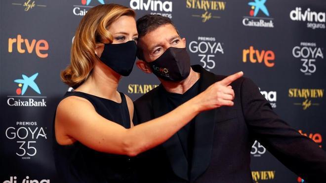 Los presentadores del evento  la periodista Maria Casado (i) y el actor Antonio Banderas