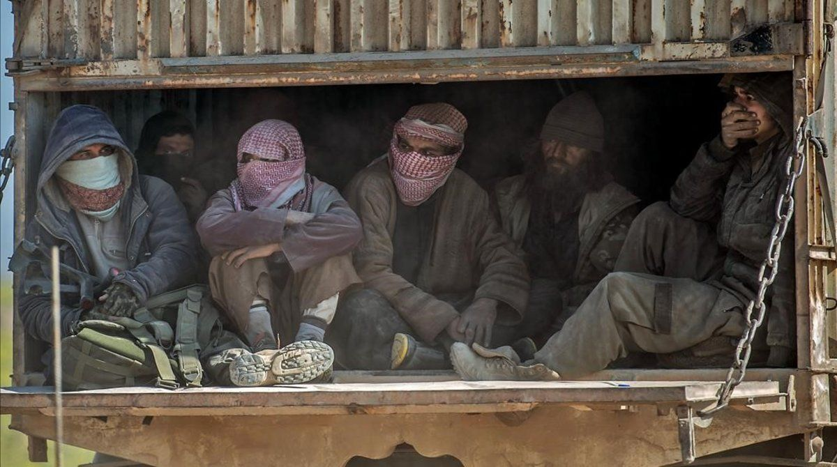 Traslado de yihadistasdel Estado Islámico tras rendirse en Baghouz.