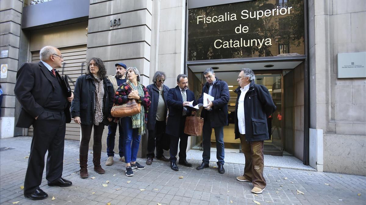 Familias afectadas y la asociación Aprodeme presentan la denuncia en fiscalía, el martes en Barcelona.
