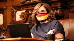 Ada Colau, con mascarilla republicana, durante el pleno municipal de julio pasado.