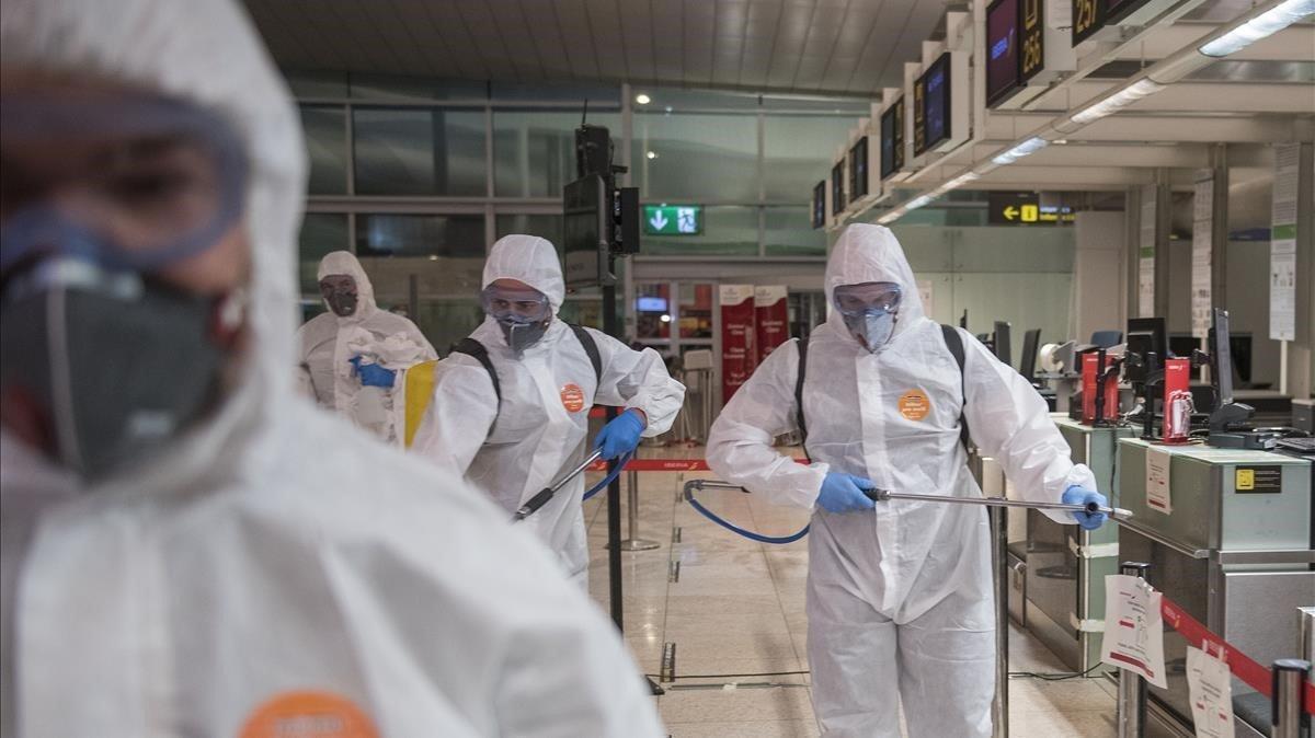 Imagen de película con la desinfección de la terminal 1 del aeropuerto de El Prat a cargo de la Unidad Militar de Emergencias (UME), el 19 de marzo.