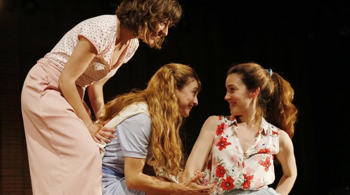 Tres actrices de Els Pirates en una escena de 'Somni d'una nit d'estiu'.