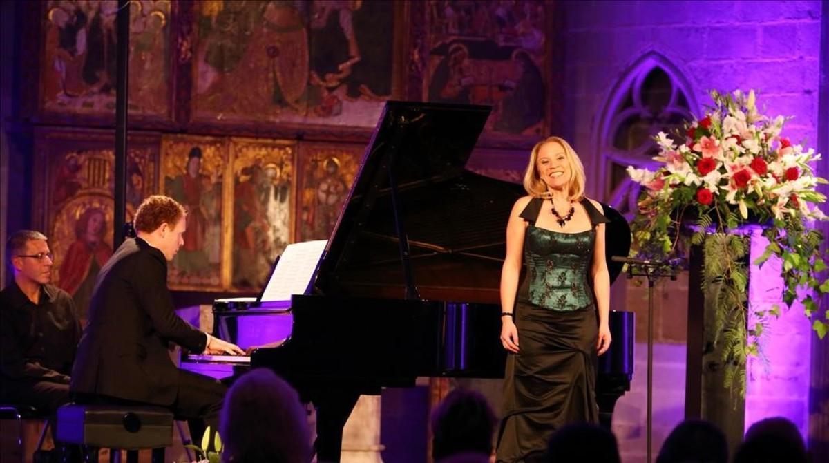 La soprano Carolyn Sampson, acompañada al piano por Joseph Middleton,durante el recital que ofrecióen la capilla de santa Ágata,dentro del festival LIFE Victoria Barcelona.