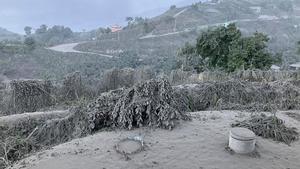 Cenizas en la isla caribeña de San Vicente, por la erupción del volcán La Soufrière.