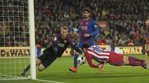 Cillessen detiene el remate de Savic, en una de sus cruciales intervenciones ante el Atlético.