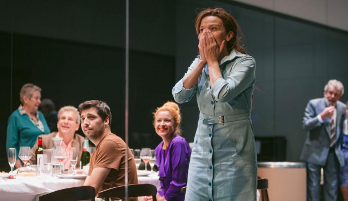 Cristina Genebat, con el resto del elenco, en un momento de 'Les tres germanes'