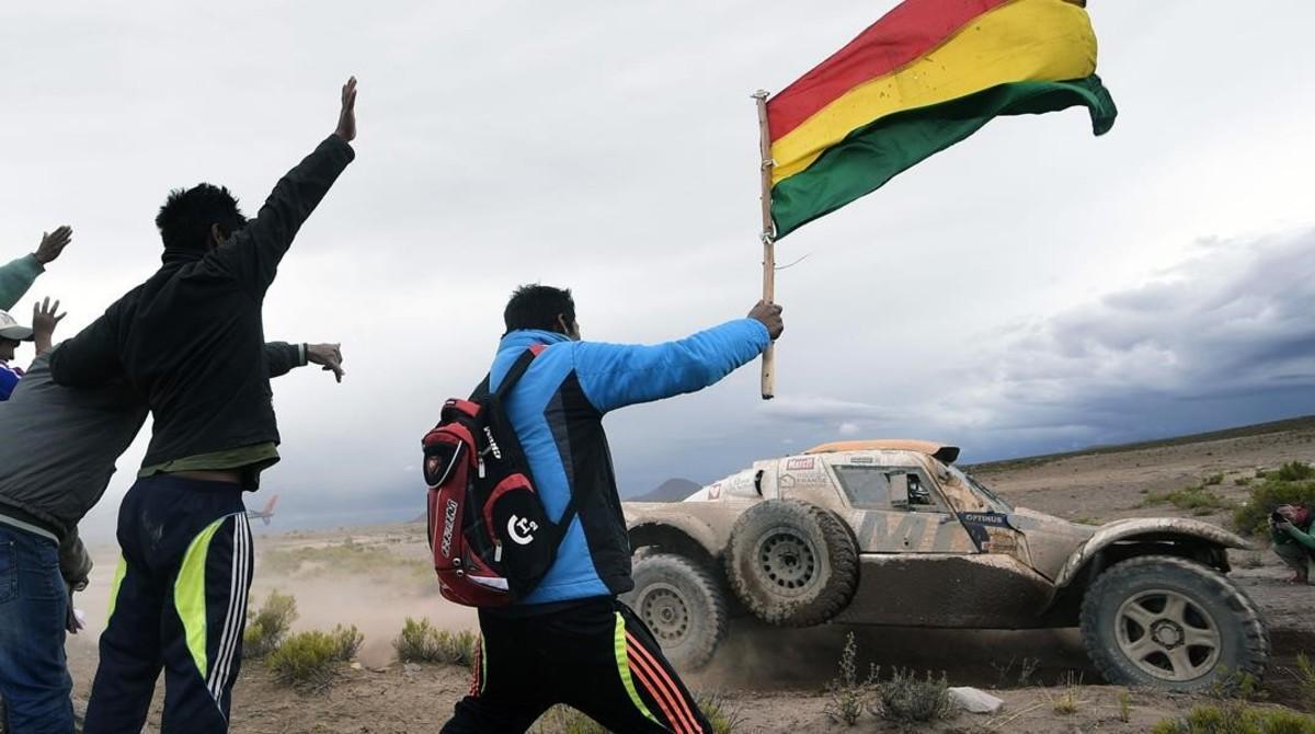 Miles de bolivianos esperan ver pasar el Dakar.2017.