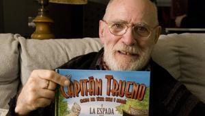 Víctor Mora con un ejemplar de 'El Capitán Trueno', en su casa en el 2012.