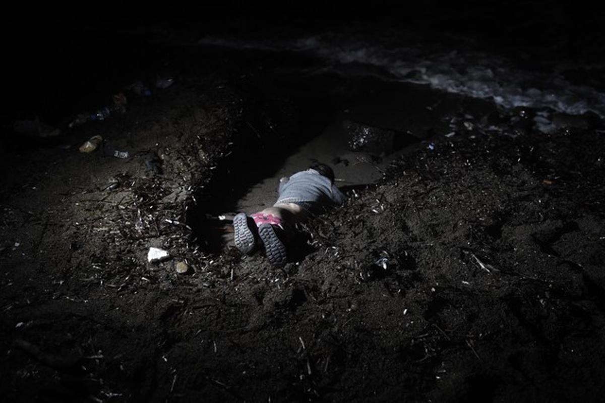 El cadáver del bebé ahogado que ha aparecido en una playa de Lesbos.