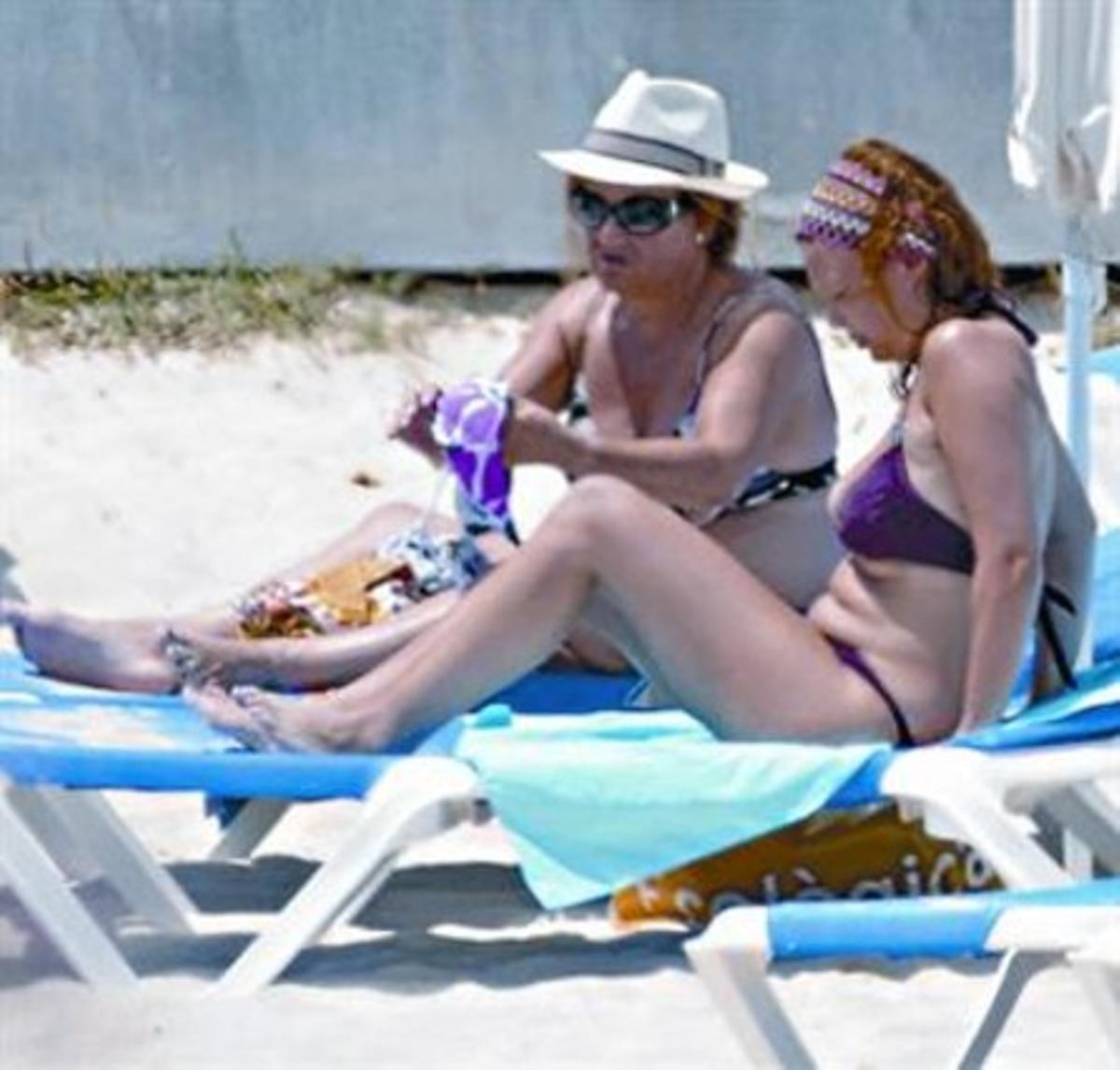 Leire Pajín (derecha) y su madre, el pasado fin de semana en Menorca.