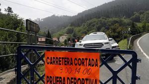 Carretera cortada en Muxika, donde ha tenido lugar el accidente.