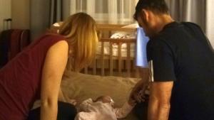 Una de las familias atrapadas en Kiev por el coronavirus con el bebé que han adoptado.