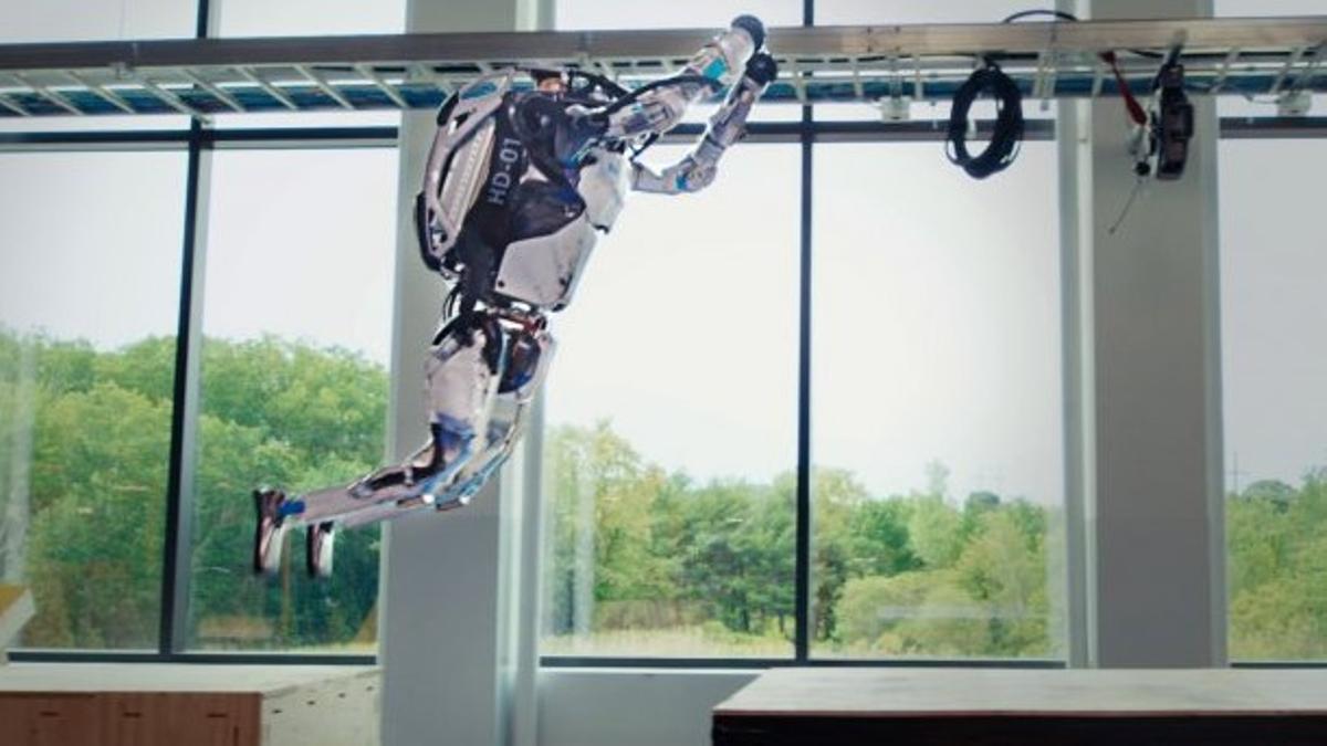 El robot Atlas de Boston Dynamics haciendo parkour en una demostración de la compañía, este martes.