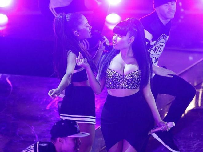 La cantante Ariana Grande, junto a Nicki Minaj, durante su actuación en el Madison Square Garden de New York.