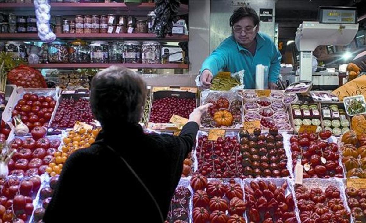 De compras  Parada de frutas y verduras del mercado de Santa Caterina de Barcelona