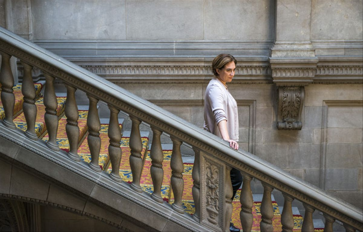 La alcaldesa Ada Colau desciende una de las escalinatas del ayuntamiento de Barcelona.