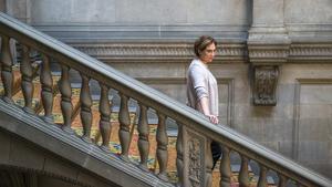 L'alcaldessa Ada Colau baixa una de les escalinates de l'Ajuntament de Barcelona.