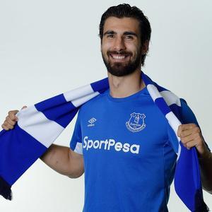 André Gomes posa con la camiseta del Everton.