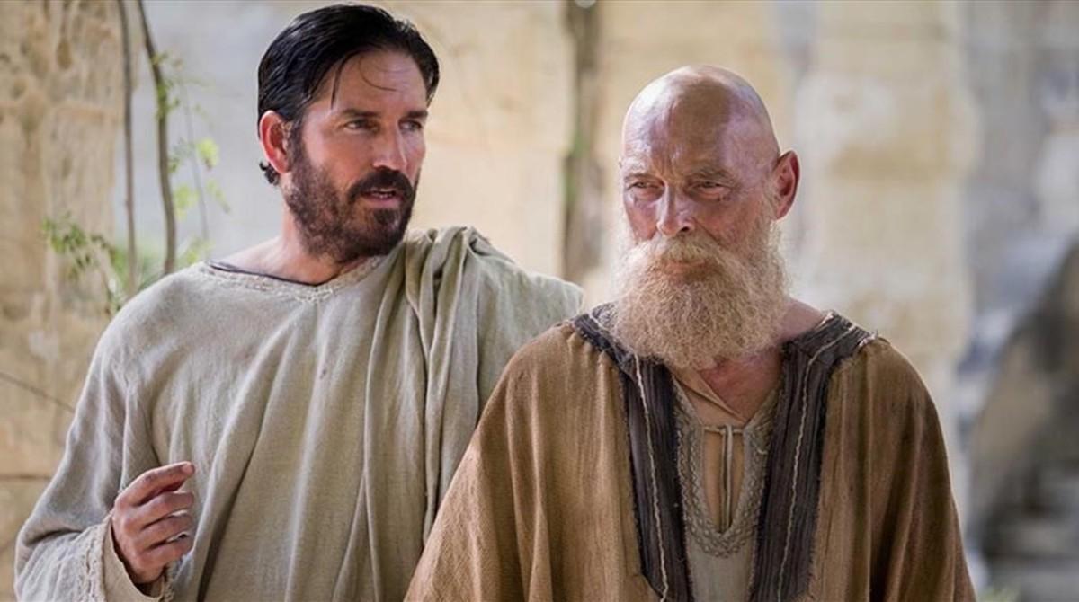Jim Caviezel (Lucas) y James Faulkner (Pablo), en una imagen de 'Pablo, el apóstol de Cristo'.
