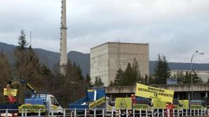 Protesta de Greenpeace ante la central nuclear de Garoña, en el 2014.