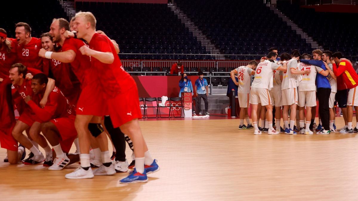 Alegría en el equipo danés, decepción en el español al término de la semifinal.