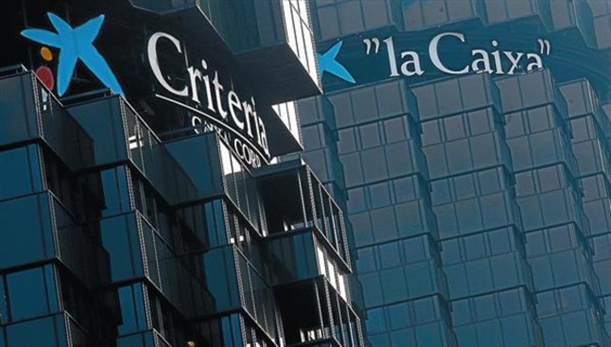 Perspectiva de las dos torres negras de Criteria y La Caixa en la avenida Diagonal de Barcelona.