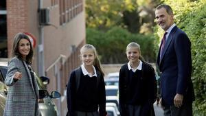 Los Reyes, con sus hijas, Leonor y Sofía, el primer día de clase, el pasado septiembre.