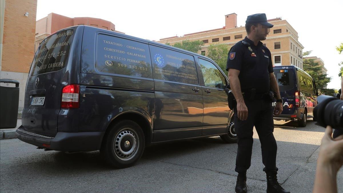 El coche fúnebre en el que viajaba el cuerpo de Blanca Fernández Ochoa.