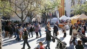 Ambiente festivo y cola en la plaza Orfila de Sant Andreu para entrar en la zona perimentral.