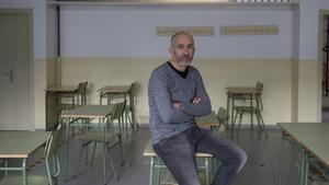 Marc Hortal, director del instituto Pablo Ruiz Picasso de Barcelona, en un aula del centro educativo.