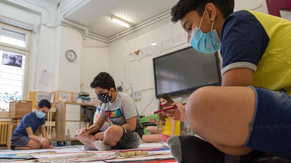 Alumnos en un taller de pintura en el colegio Octavio Paz de Barcelona.