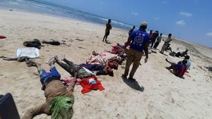 Imagen tomada por miembros de la Organización Internacional de Migraciones de algunas de las personas fallecidas en aguas de Yibuti,