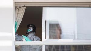 Un bombero realiza tareas de desinfección en la residencia geriátrica La Segrera durante la cuarentena.