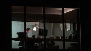 Una trabajador de una gran consultora haciendo horas durante la noche
