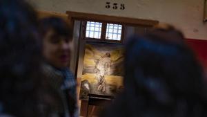 Una de las celdas de la Modelo con obras artísticas de presos.