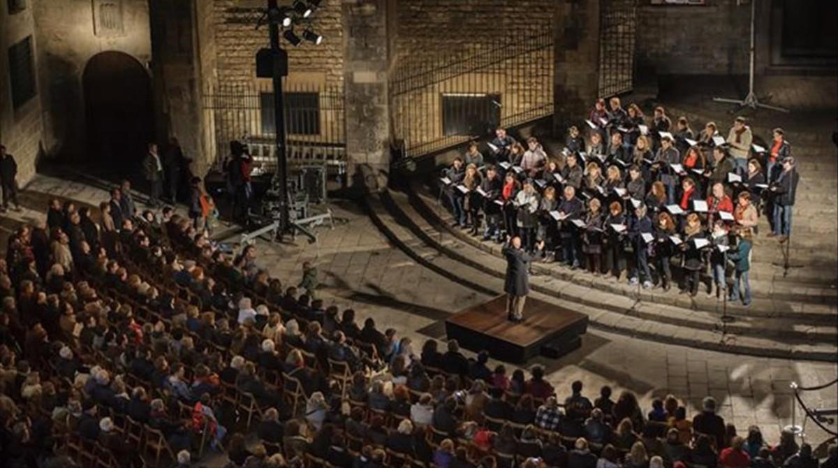 El Orfeó Català, dirigido por Josep Vila i Casañas, en el tradicional concierto navideñoen la Plaça del Rei, en el 2012.