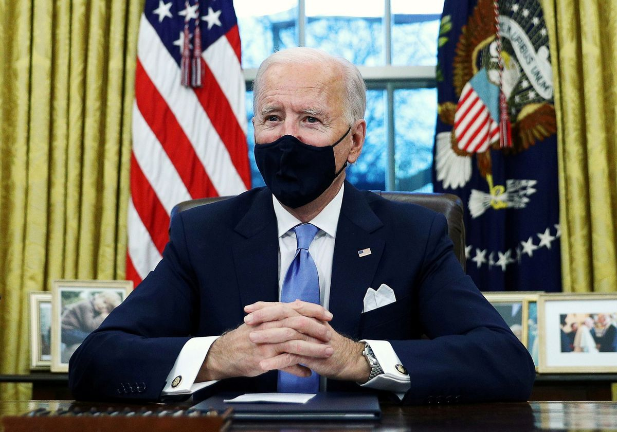 El presidente de EEUU, Joe Biden, firma sus primeros decretos en el Despacho Oval de la Casa Blanca.