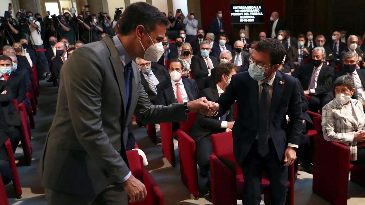 El presidente del Gobierno, Pedro Sánchez, y el 'president' de la Generalitat, Pere Aragonès, en el acto de entrega de la medalla de Foment, el pasado 7 de junio en Barcelona.