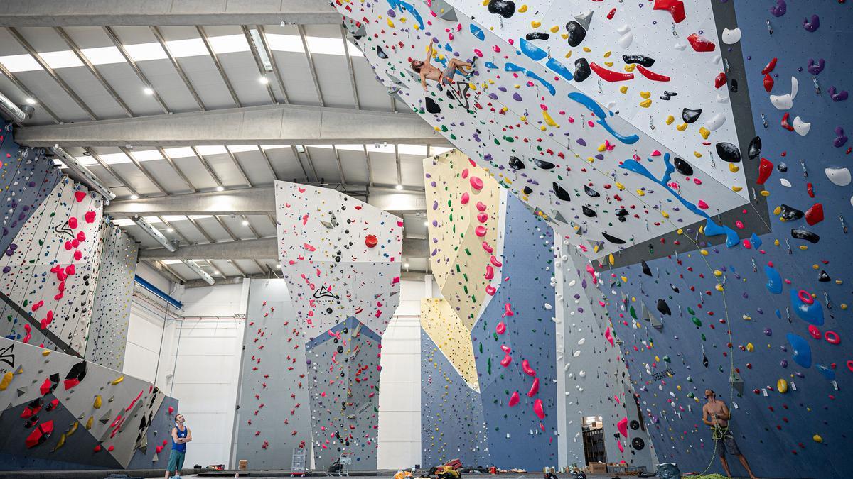El excampeón del mundo Chris Sharma trepa por los muros de 17 metros del nuevo Sharma climbing BCN•Gavà.