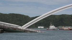 Espectacular caiguda d'un pont a Taiwan