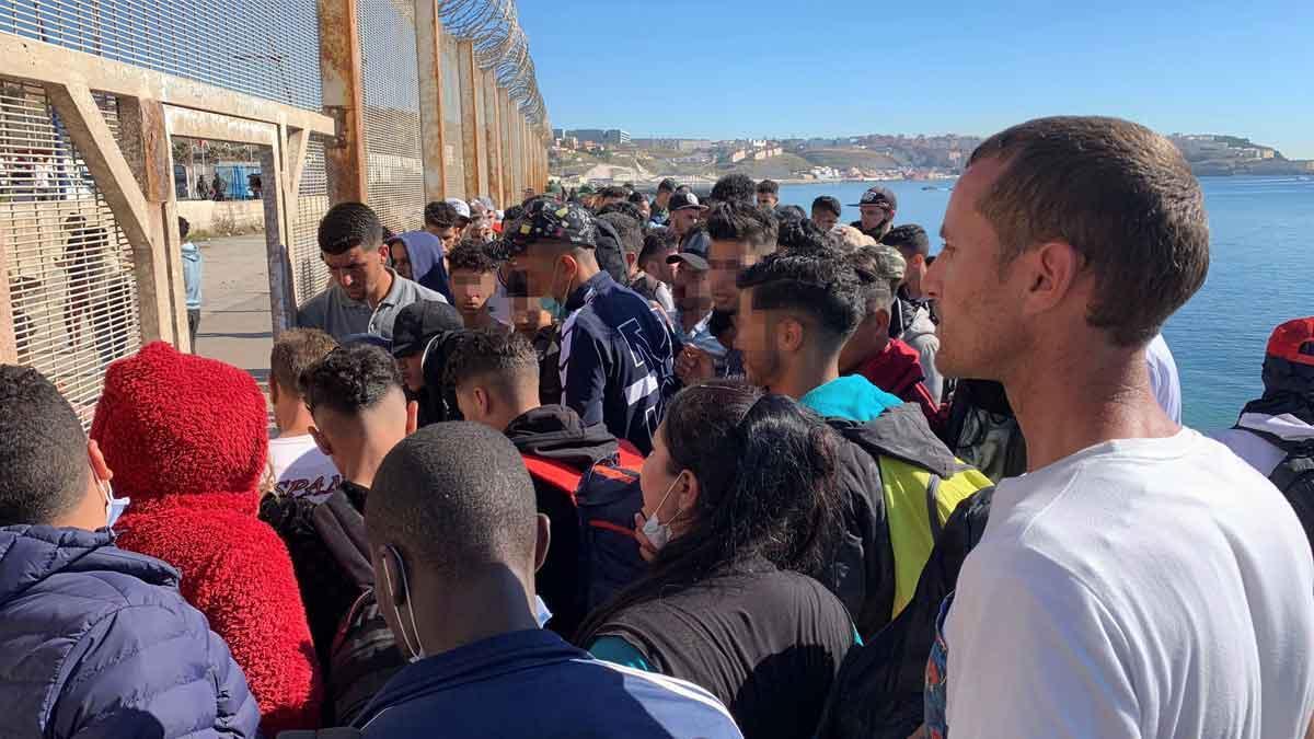 Un grupo de gente trata de cruzar la valla que separa Fnideq de Ceuta.