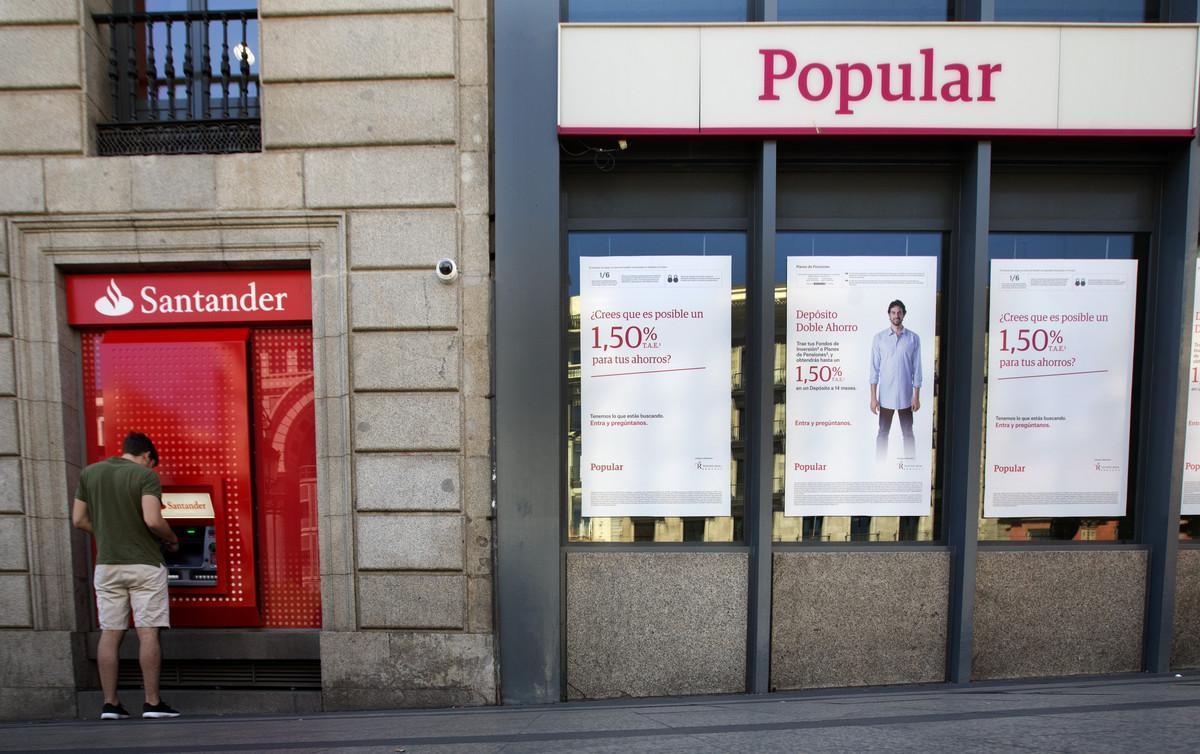 Oficina del Santander junto a otra del Popular esta miércoles en Madrid.