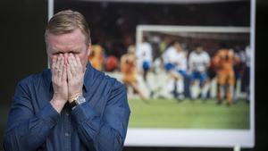Koeman imita el gesto que hizo en Wembley tras marcar el gol que le dio al Barça la primera Copa de Europa.