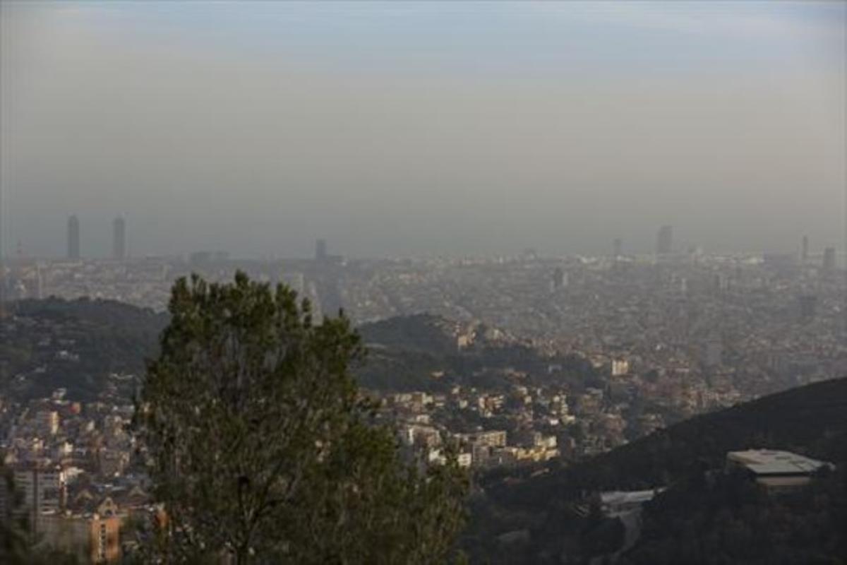 Barcelona, vista desde Vallvidrera en un día de contaminación atmosférica elevada.