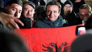 El líder del partido Vetevendosje (Autodeterminación), Albin Kurti, posa para una foto con sus seguidores tras los resultados preliminares de las elecciones parlamentarias en Pristina.