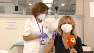 Susanna Griso vacunándose en directo en 'Espejo Público'