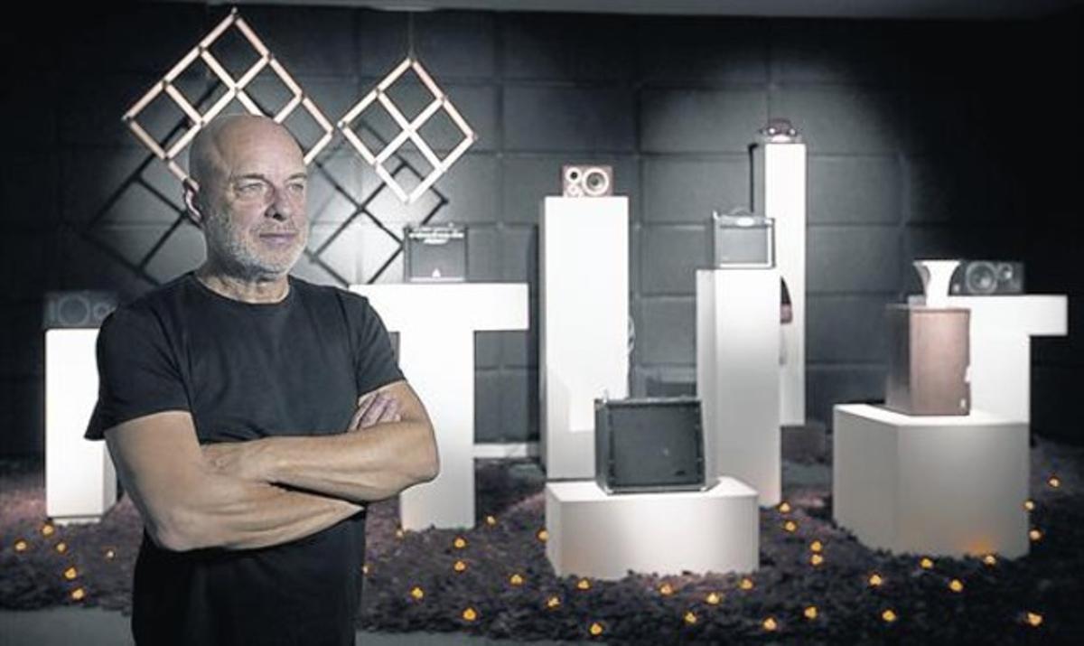 Brian Eno, junto a su instalación 'The ship', en la Fundació Tàpies durante la presentación de la muestra.