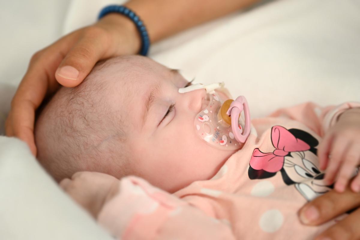 El Hospital Gregorio Marañón realiza el primer trasplante cardiaco en parada a un bebé incompatible con el donante. En la foto, la pequeña Naiara.