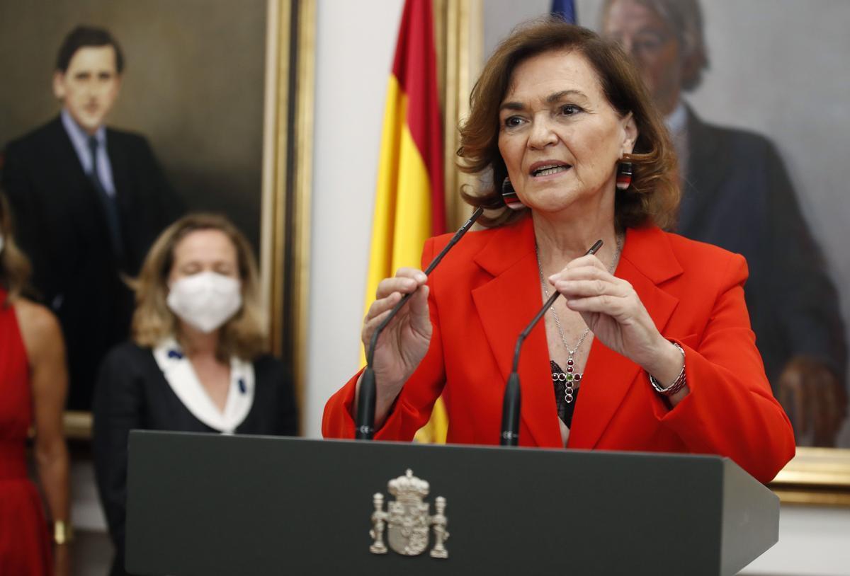 La ya exvicepresidenta del Gobierno, Carmen Calvo, felicita a su sucesor, Félix Bolaños, nuevo ministro de la Presidencia, Relaciones con las Cortes y Memoria Democrática, este 12 de julio de 2021 en la Moncloa.