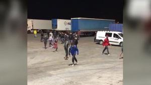 Un grupo de menas intenta cruzar el Estrecho desde Melilla abordando un ferry.